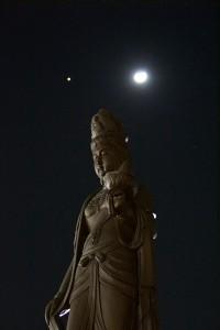 観音像と月