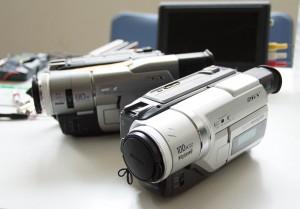 壊れた2台の8mmビデオのハンディカム