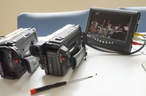 組立後再生を確認中の8mmビデオカメラ