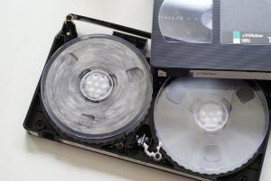 カビの生えたVHSビデオテープ